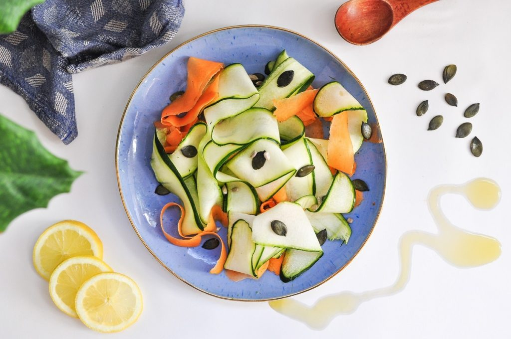Salade crue, tagliatelles de courgettes & carottes
